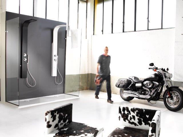 """Intramontabile """"black and white"""", con i pannelli doccia CRIO di Damast"""